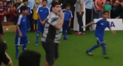 Maradona in Bahrein: un bambino lo atterra, lui si infuria e reagisce così [VIDEO]