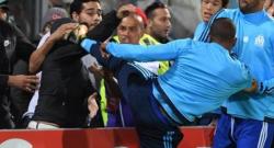 Olympique Marsiglia, calcio in faccia a un tifoso: Evra reagisce a contestazione [VIDEO]