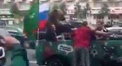 Trionfo Russia ai Mondiali, orso scende a festeggiare insieme ai tifosi! [VIDEO]